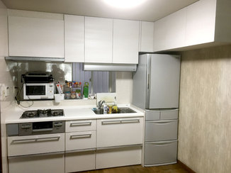 キッチンリフォーム タイルからパネルにすることで掃除がしやすくなったキッチン