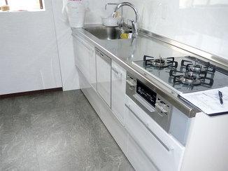 キッチンリフォーム スペースを広く取り収納を増やしたことで、スッキリとしたキッチン
