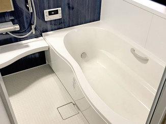 バスルームリフォーム 大きめサイズのロング浴槽でゆったりできるバスルーム