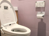 トイレリフォームエコカラットでスタイリッシュかつ機能的な収納付きトイレ