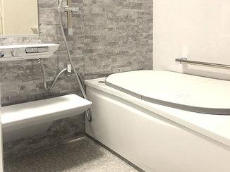 バスルームリフォーム 足をのばせる広々したお風呂と、ツートンカラーのコンパクトなトイレ